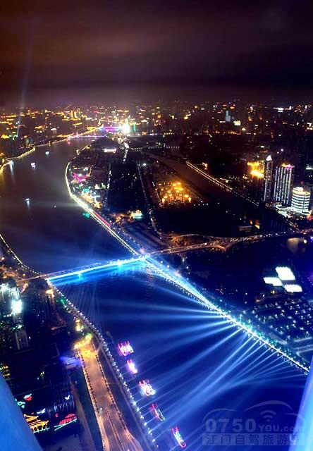 在广州塔的塔顶观光区观赏晚上的广州桥及二沙岛夜景