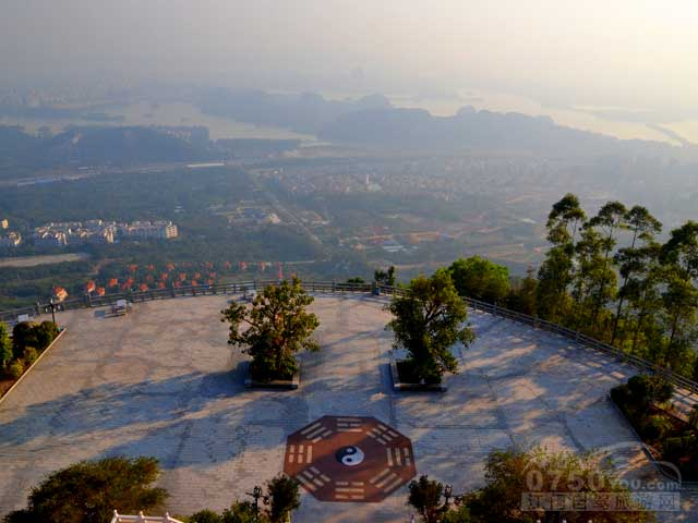 推荐1:将军山旅游风景区拥有广东地区最大的财神庙.